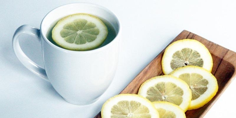 Manfaat Minum Segelas Air Hangat & Lemon di Pagi Hari